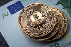 Σωρός τριών χρυσός νομισμάτων bitcoin στον ευρο- λογαριασμό εγγράφου Στοκ Εικόνες