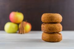 Σωρός τριών Apple του μηλίτη Donuts Στοκ Εικόνες