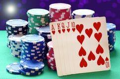 Σωρός τσιπ πόκερ και βασιλικός επίπεδος συνδυασμός καρτών Στοκ φωτογραφία με δικαίωμα ελεύθερης χρήσης
