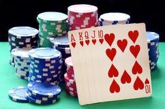 Σωρός τσιπ πόκερ και βασιλικός επίπεδος συνδυασμός καρτών Στοκ Φωτογραφία