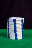 Σωρός των άσπρων τσιπ σε έναν πράσινο πίνακα παιχνιδιού Στοκ φωτογραφία με δικαίωμα ελεύθερης χρήσης