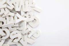 Σωρός των άσπρων χρωματισμένων ξύλινων επιστολών Στοκ εικόνες με δικαίωμα ελεύθερης χρήσης