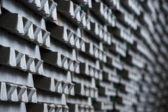 Σωρός των ακατέργαστων πλινθωμάτων αργιλίου στο εργοστάσιο σχεδιαγραμμάτων αργιλίου στοκ εικόνα με δικαίωμα ελεύθερης χρήσης