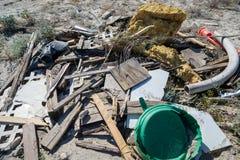Σωρός των απορριμάτων, των παλιοπραγμάτων και των απορριμάτων που πετιούνται στην έρημο Λήφθείτε στην περιοχή θάλασσας Salton Καλ στοκ εικόνες με δικαίωμα ελεύθερης χρήσης