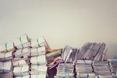 Σωρός των αρχείων από χαρτί επιχειρησιακών εκθέσεων στα ράφια εγγράφων Στοκ Εικόνα