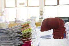 Σωρός των ατελών εγγράφων σχετικά με το γραφείο γραφείων Στοκ Φωτογραφία
