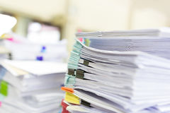 Σωρός των ατελών εγγράφων σχετικά με το γραφείο γραφείων Στοκ Φωτογραφίες