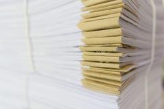 Σωρός των ατελών εγγράφων σχετικά με το γραφείο γραφείων Στοκ Εικόνες