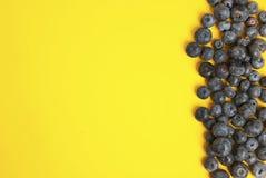 Σωρός των βακκινίων που απομονώνονται στο κίτρινο ζωηρόχρωμο υπόβαθρο Μούρο θερινών vibe φρούτων με το διάστημα αντιγράφων Συστατ στοκ εικόνα με δικαίωμα ελεύθερης χρήσης