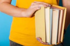 Σωρός των βιβλίων εκπαίδευσης, έννοια διαγωνισμών Σωρός των βιβλίων κλασικών λογοτεχνίας, nerd στοκ εικόνα