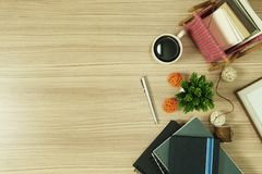Σωρός των βιβλίων με τις ευχετήριες κάρτες και του καφέ στο ξύλινο υπόβαθρο Στοκ εικόνες με δικαίωμα ελεύθερης χρήσης