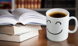 Σωρός των βιβλίων με το φλυτζάνι καφέ στην κορυφή στο υπόβαθρο Στοκ Εικόνες