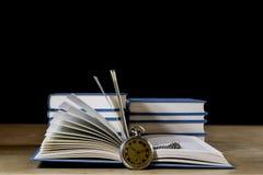 Σωρός των βιβλίων που διαβάζουν σε έναν ξύλινο πίνακα Εκτός από τα ψέματα Μαύρη ΤΣΕ Στοκ Φωτογραφία