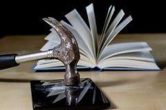 Σωρός των βιβλίων που διαβάζουν σε έναν ξύλινο πίνακα Εκτός από τα ψέματα και την ταμπλέτα Στοκ Φωτογραφία