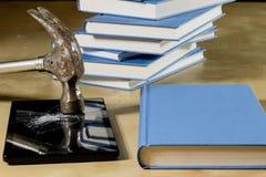 Σωρός των βιβλίων που διαβάζουν σε έναν ξύλινο πίνακα Εκτός από τα ψέματα και την ταμπλέτα Στοκ φωτογραφίες με δικαίωμα ελεύθερης χρήσης