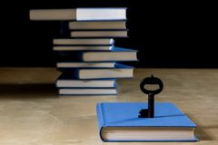 Σωρός των βιβλίων που διαβάζουν σε έναν ξύλινο πίνακα Εκτός από τα ψέματα και το κλειδί BL Στοκ εικόνες με δικαίωμα ελεύθερης χρήσης