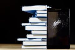 Σωρός των βιβλίων που διαβάζουν σε έναν ξύλινο πίνακα Εκτός από τα ψέματα και την ταμπλέτα Στοκ Φωτογραφίες