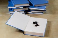Σωρός των βιβλίων που διαβάζουν σε έναν ξύλινο πίνακα Εκτός από τα ψέματα και το κλειδί BL Στοκ Εικόνα