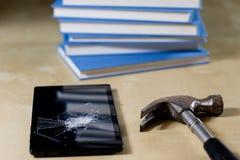 Σωρός των βιβλίων που διαβάζουν σε έναν ξύλινο πίνακα Εκτός από τα ψέματα και την ταμπλέτα Στοκ φωτογραφία με δικαίωμα ελεύθερης χρήσης