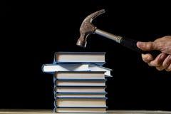 Σωρός των βιβλίων που διαβάζουν σε έναν ξύλινο πίνακα Εκτός από τα ψέματα και το σφυρί Στοκ εικόνες με δικαίωμα ελεύθερης χρήσης