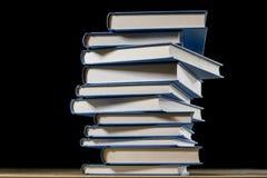 Σωρός των βιβλίων που διαβάζουν σε έναν ξύλινο πίνακα Εκτός από τα ψέματα Μαύρη ΤΣΕ Στοκ Φωτογραφίες