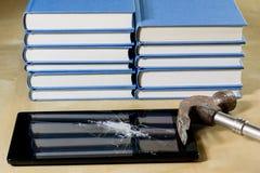 Σωρός των βιβλίων που διαβάζουν σε έναν ξύλινο πίνακα Εκτός από τα ψέματα και την ταμπλέτα Στοκ Εικόνες