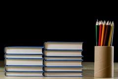 Σωρός των βιβλίων που διαβάζουν σε έναν ξύλινο πίνακα Εκτός από τα ψέματα και Colourf Στοκ Φωτογραφία