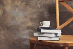 Σωρός των βιβλίων στην καρέκλα στο γκρίζο κλίμα Στοκ Φωτογραφία