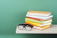 Σωρός των βιβλίων στο ξύλινο ράφι Υπόβαθρο εκπαίδευσης πίσω σχολείο Διάστημα αντιγράφων για το κείμενο Στοκ Εικόνα