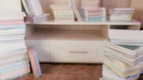 Σωρός των βιβλίων στο πάτωμα και στο ντουλάπι διαφήμιση απόθεμα βίντεο