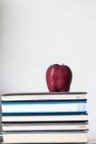 Σωρός των βιβλίων και του κόκκινου μήλου διανυσματική απεικόνιση