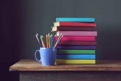 Σωρός των βιβλίων και των χρωματισμένων μολυβιών πίσω σχολείο Στοκ Φωτογραφία