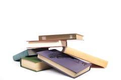 Σωρός των βιβλίων με τις χρωματισμένες καλύψεις Στοκ φωτογραφία με δικαίωμα ελεύθερης χρήσης