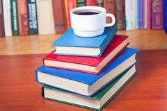 Σωρός των βιβλίων στο γραφείο Στοκ φωτογραφία με δικαίωμα ελεύθερης χρήσης