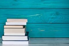 Σωρός των βιβλίων στο ξύλινο τυρκουάζ υπόβαθρο Ελεύθερη θέση για το te στοκ φωτογραφίες