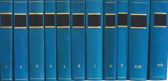 Σωρός των βιβλίων στο ράφι, κενές σπονδυλικές στήλες Στοκ Φωτογραφίες
