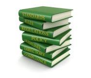 Σωρός των βιβλίων συμμόρφωσης και κανόνων (πορεία ψαλιδίσματος συμπεριλαμβανόμενη) Στοκ φωτογραφία με δικαίωμα ελεύθερης χρήσης