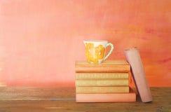 Σωρός των βιβλίων, φλιτζάνι του καφέ Στοκ Εικόνες