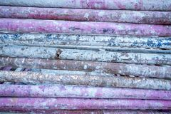 Σωρός των βρώμικων πορφυρών σωλήνων χάλυβα Στοκ Φωτογραφία