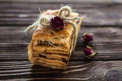Σωρός των γλυκών κροτίδων που διακοσμούνται με τα τριαντάφυλλα στο αγροτικό backgroun Στοκ φωτογραφίες με δικαίωμα ελεύθερης χρήσης