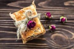 Σωρός των γλυκών κροτίδων που διακοσμούνται με τα τριαντάφυλλα στο αγροτικό backgroun Στοκ Εικόνα