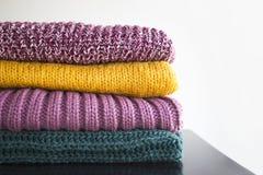 Σωρός των διάφορων πουλόβερ για το χειμώνα και το φθινόπωρο Στοκ Φωτογραφίες