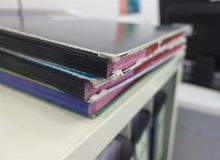 Σωρός των εγγράφων γραφικής εργασίας εκθέσεων για τους φακέλλους επιχειρησιακών γραφείων στοκ φωτογραφίες με δικαίωμα ελεύθερης χρήσης