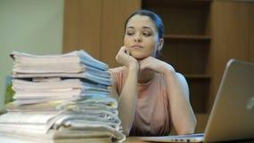 Σωρός των εγγράφων και του εργαζομένου απόθεμα βίντεο