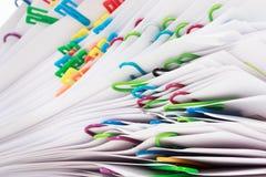 Σωρός των εγγράφων με τους συνδετήρες στοκ εικόνα με δικαίωμα ελεύθερης χρήσης