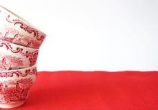 Σωρός των εκλεκτής ποιότητας φλυτζανιών τσαγιού σε μια κόκκινη λεπτομέρεια ταπήτων στοκ φωτογραφίες με δικαίωμα ελεύθερης χρήσης