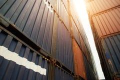 Σωρός των εμπορευματοκιβωτίων φορτίου στην περιοχή εισαγωγών και εξαγωγής στο λιμένα Στοκ φωτογραφία με δικαίωμα ελεύθερης χρήσης