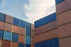 Σωρός των εμπορευματοκιβωτίων φορτίου στην περιοχή εισαγωγών και εξαγωγής στο λιμένα Στοκ Εικόνες