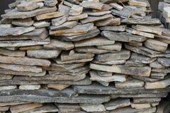 Σωρός των ενδασφαλίζοντας πετρών για την εγκατάσταση driveway του εξωραϊσμού στοκ εικόνες με δικαίωμα ελεύθερης χρήσης