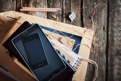 Σωρός των εξαρτημάτων και των ψηφιακών συσκευών για τα επιχειρησιακά άτομα Τοπ όψη Στοκ Φωτογραφίες